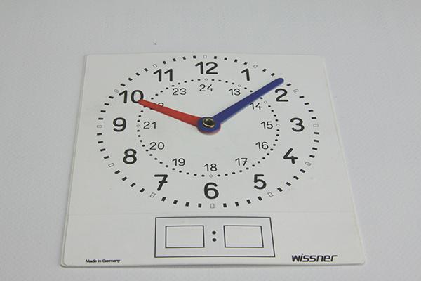 Komplet od 10 malih bijelih satova, 11x12cm